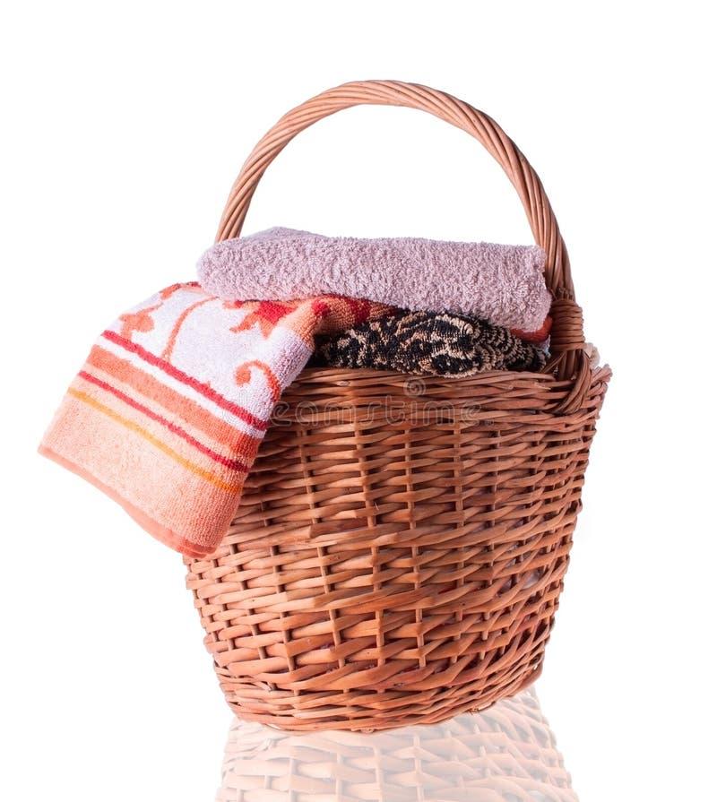 Grand panier en osier avec des serviettes photos libres de droits