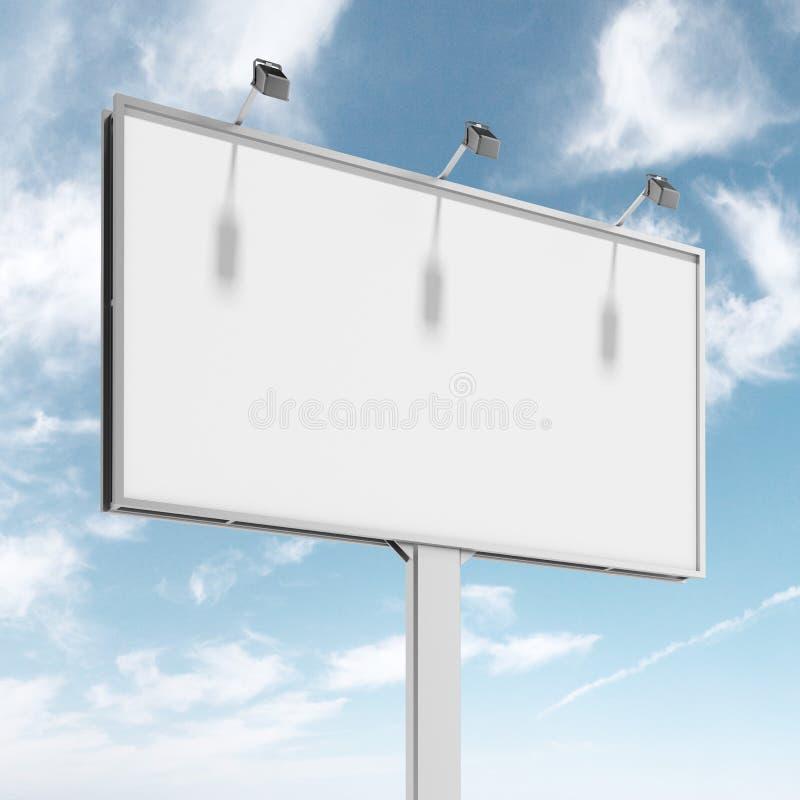 Grand panneau d'affichage vide au-dessus de ciel bleu photo stock