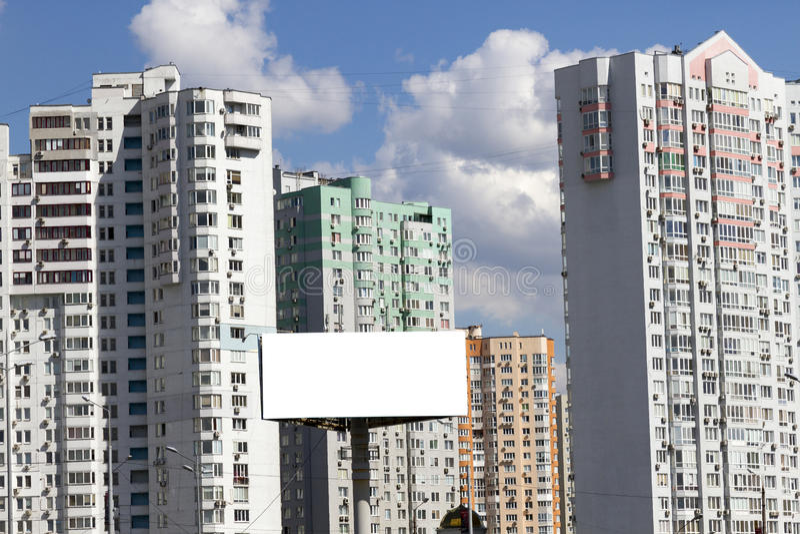 Grand panneau d'affichage vide avec le fond de vue de ville photographie stock libre de droits