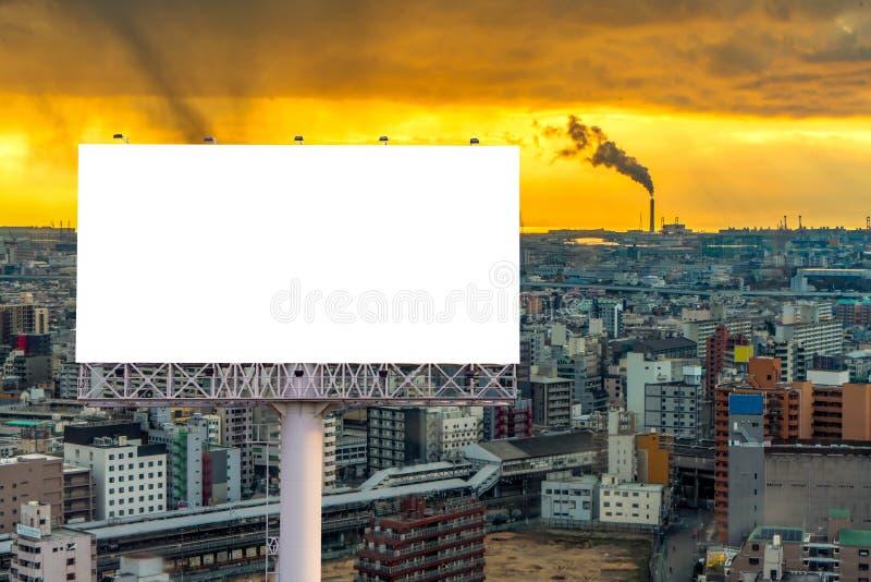 grand panneau d'affichage vide prêt pour la nouvelle publicité avec le coucher du soleil photos libres de droits