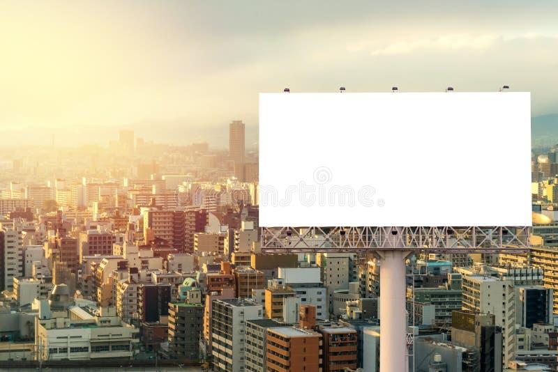 grand panneau d'affichage vide prêt pour la nouvelle publicité avec le coucher du soleil photos stock