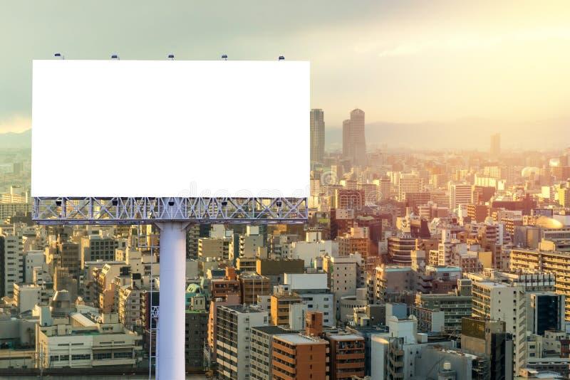 grand panneau d'affichage vide pr?t pour la nouvelle publicit? avec le coucher du soleil image stock