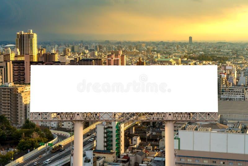 grand panneau d'affichage vide pr?t pour la nouvelle publicit? avec le coucher du soleil photo libre de droits