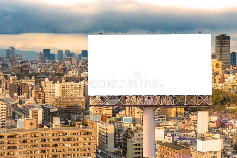 grand panneau d'affichage vide pr?t pour la nouvelle publicit? avec le coucher du soleil photos stock