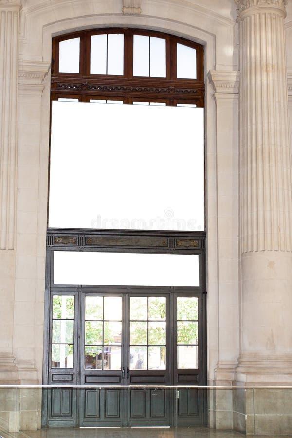 Grand panneau d'affichage vide sur bannières en bois d'une porte de grand rétro cru de rue de grandes avec la pièce d'ajouter vot images libres de droits