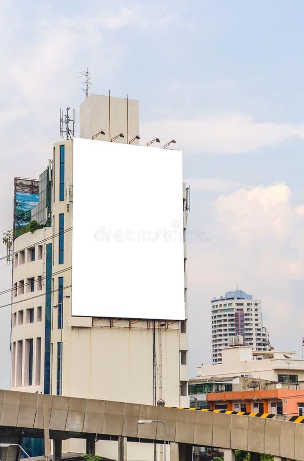 Grand panneau d'affichage vide sur la route avec le fond de vue de ville image libre de droits