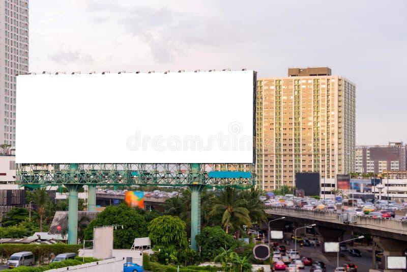 Grand panneau d'affichage vide sur la route avec le fond de vue de ville photographie stock libre de droits