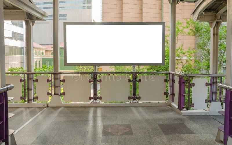 grand panneau d'affichage vide sur le passage supérieur avec le fond de vue de ville photo stock