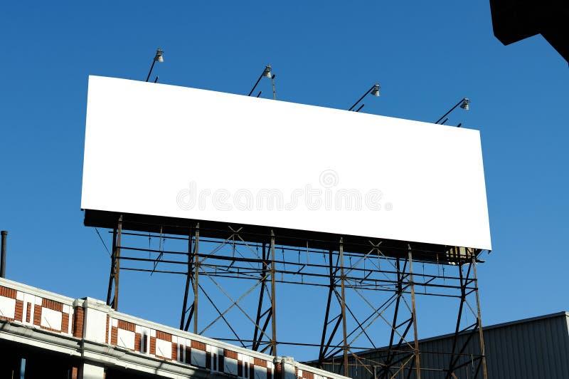 Grand panneau-réclame blanc sur la construction photo libre de droits