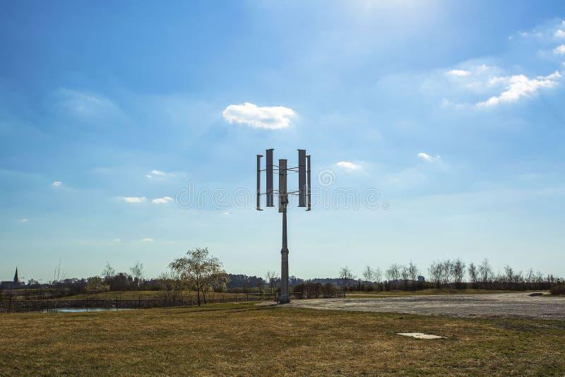 Grand panneau solaire tournant sur le fond de ciel bleu Concept de technologie neuve photos stock