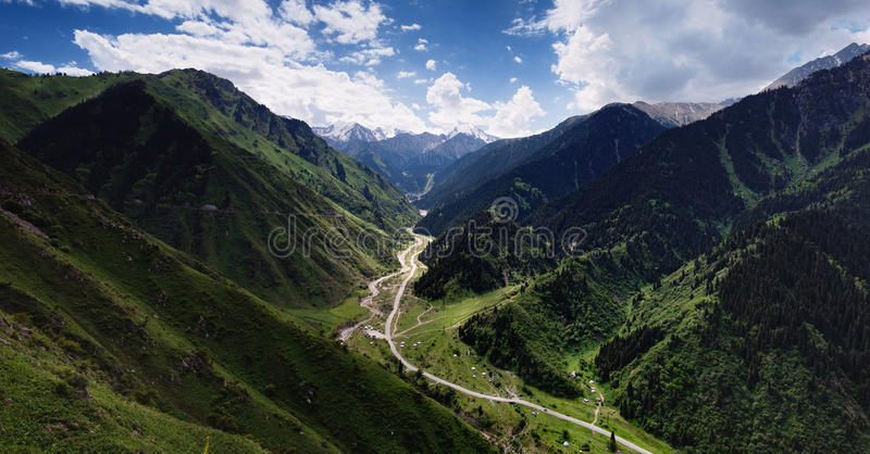 Grand panorama de gorge d'Almaty images stock
