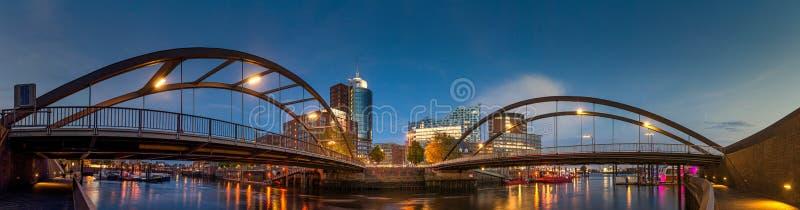 Grand panorama de l'Elbphilharmonie et environs dans le début de soirée image stock