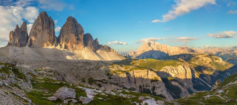 Grand panorama de Tre Cime di Lavaredo célèbre, Alpes de dolomites, AIE photos stock