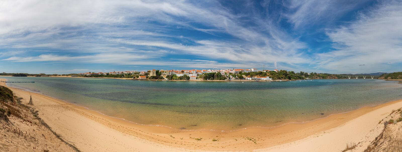 Grand panorama de village maritime portugais Milfontes L'Alentejo photo stock