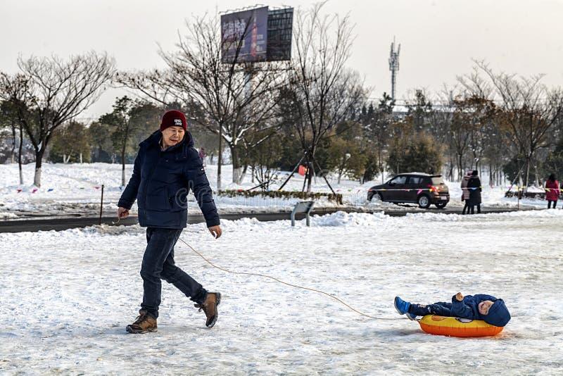 Grand-papa et petit-fils skiant dehors ensemble images libres de droits