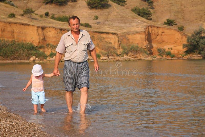Grand-papa marchant avec l'enfant photographie stock