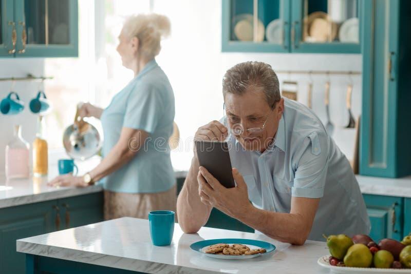 Grand-papa observant les vidéos drôles images libres de droits