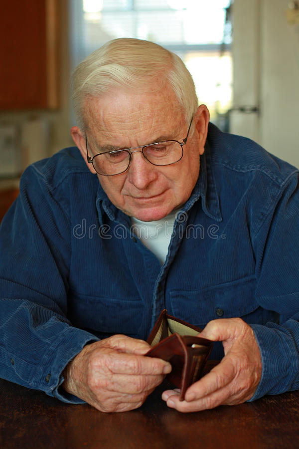 Grand-papa regardant dans la pochette vide images libres de droits