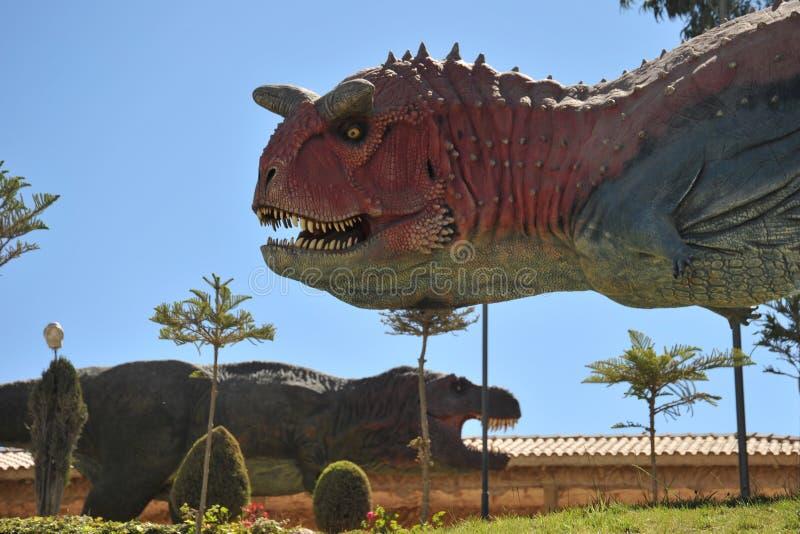 Grand parc de dinosaure, où traces de ces reptiles antiques images libres de droits