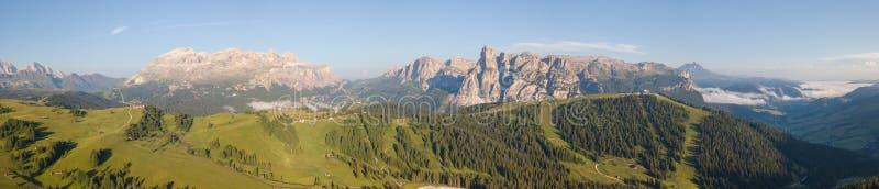 Grand paysage sur les dolomites Vue sur le groupe de Sella, la crête de Boe, le massif de Gardenaccia et le sommet de Sassongher  photo libre de droits