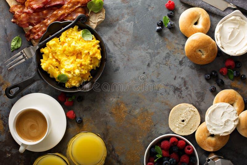 Grand petit déjeuner avec le lard et les oeufs brouillés photos stock