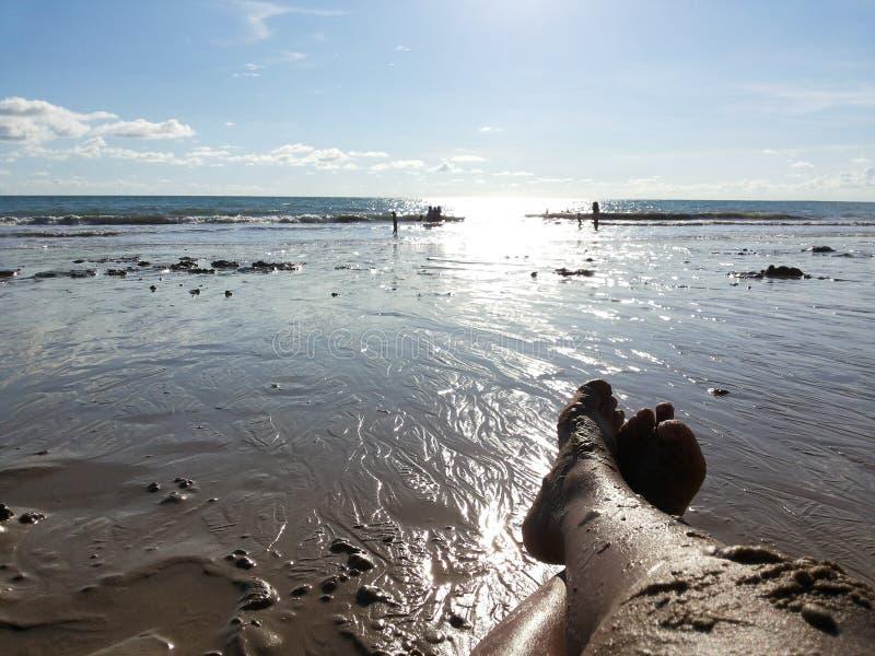 Grand pied avec le sable sur la plage photo stock