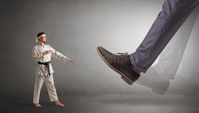 Grand pied marchant le petit homme de karaté photo stock