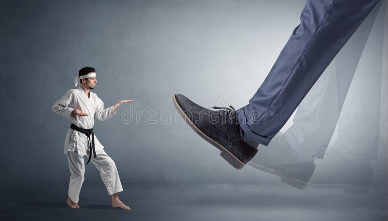 Grand pied marchant le petit homme de karaté image stock