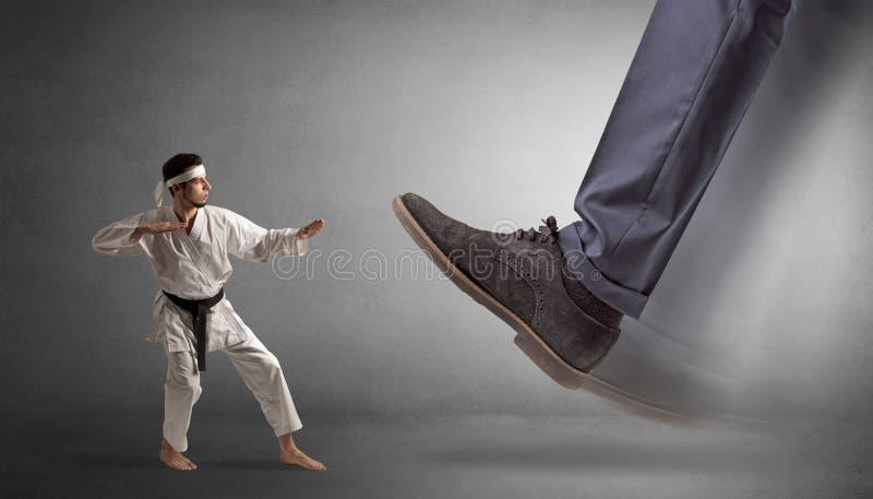 Grand pied marchant le petit homme de karat? images libres de droits