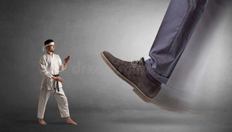 Grand pied marchant le petit homme de karat? photos stock