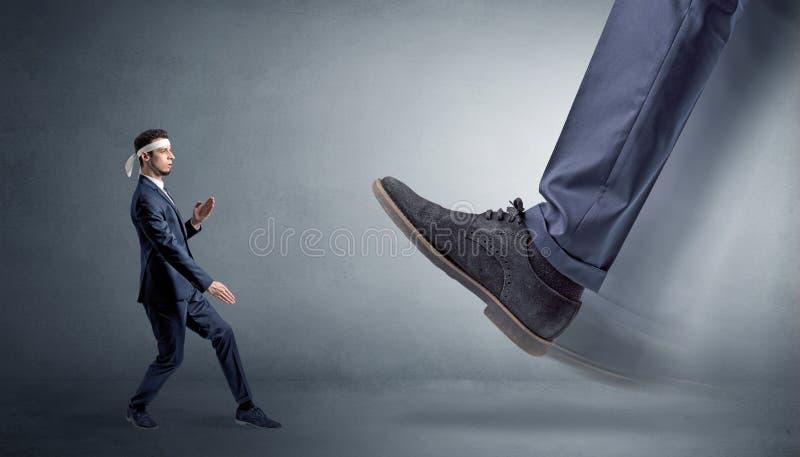 Grand pied marchant le petit homme de karat? photographie stock