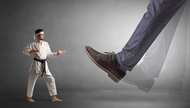 Grand pied marchant le petit homme de karat? image stock