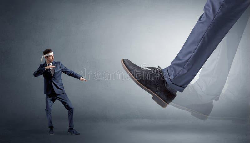 Grand pied marchant le petit homme de karat? images stock