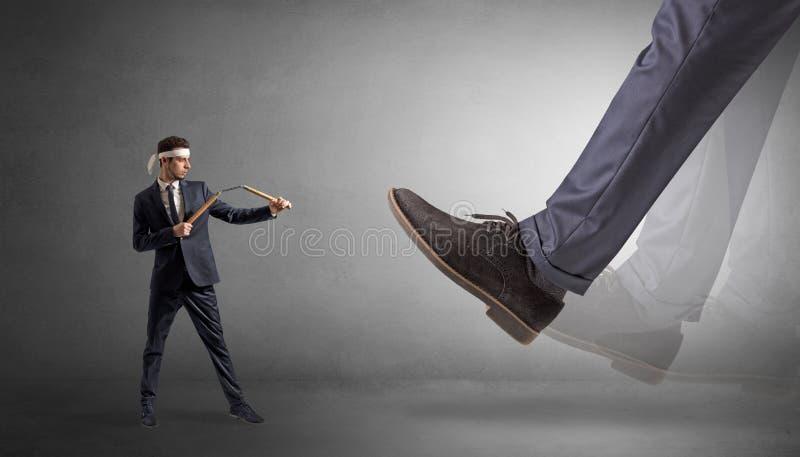Grand pied marchant le petit homme de karat? photos libres de droits