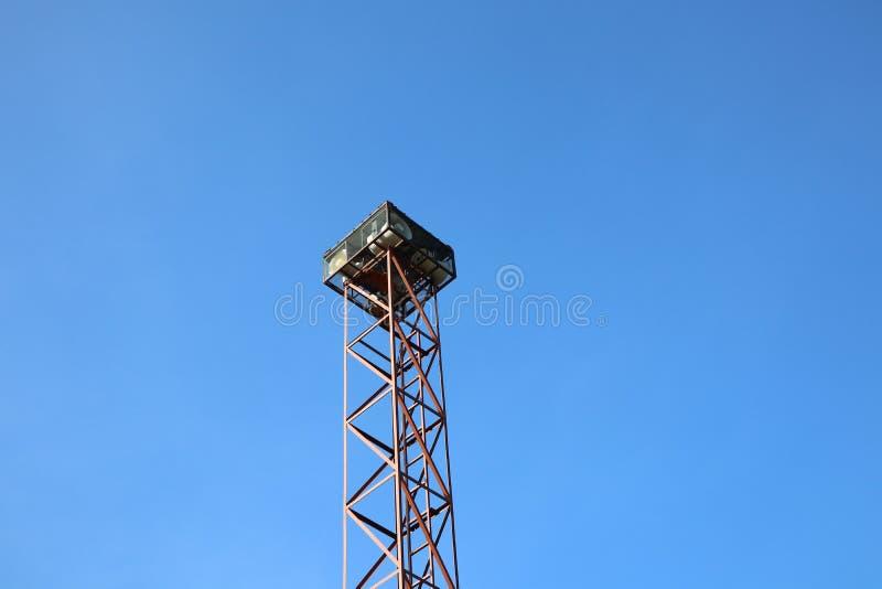 Grand pilier en acier Amplificateur de haut-parleur Le concept de la radiodiffusion dans la communauté Contexte du ciel images libres de droits