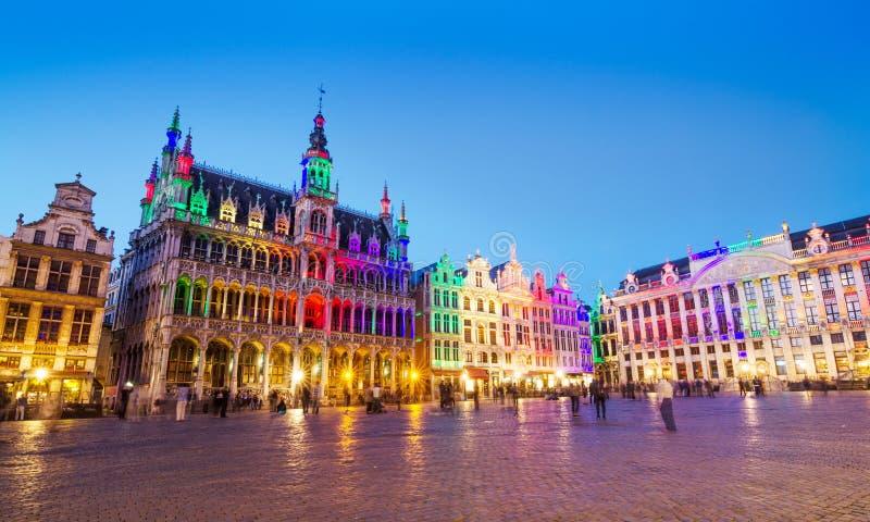 Grand Place a Bruxelles con illuminazione variopinta immagini stock libere da diritti