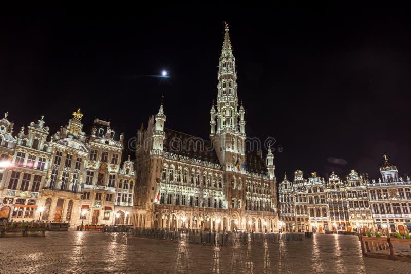 Grand Place byggnader från Bryssel på natten, Belgien royaltyfria foton