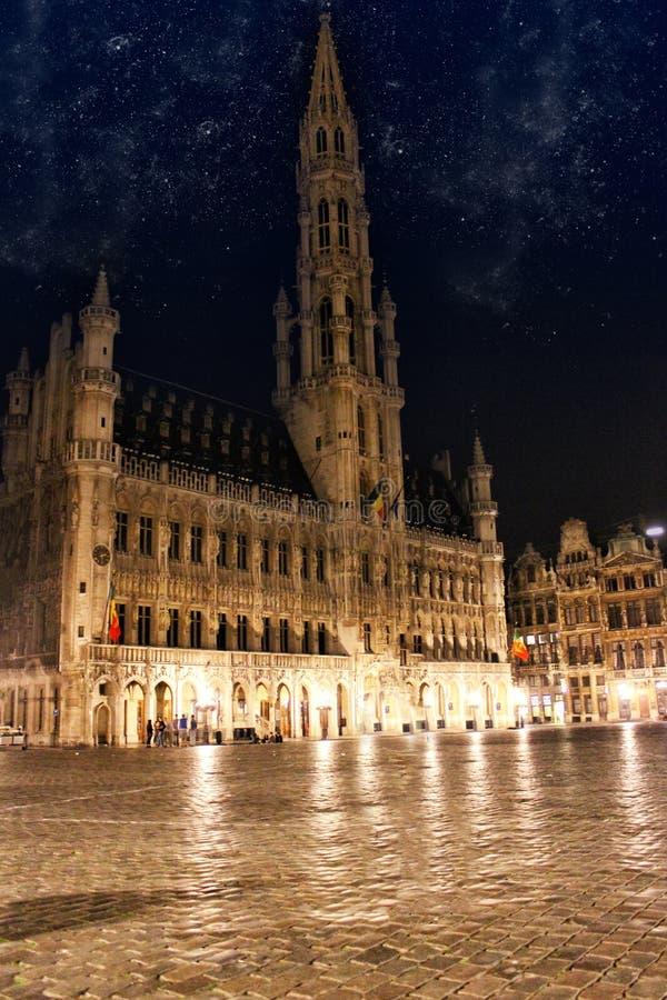 Grand Place i Bryssel Belgien vid natt med stjärnan royaltyfri fotografi