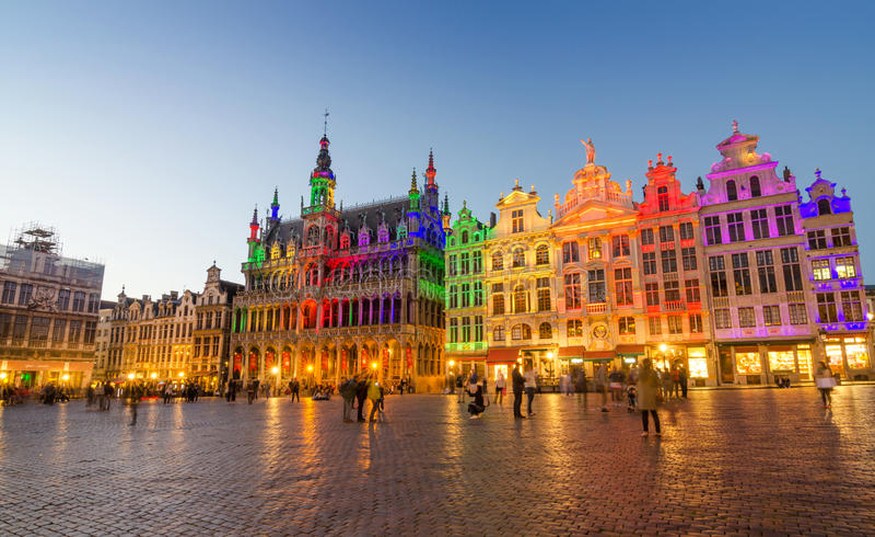 Grand Place med färgrik belysning på skymning i Bryssel royaltyfri fotografi