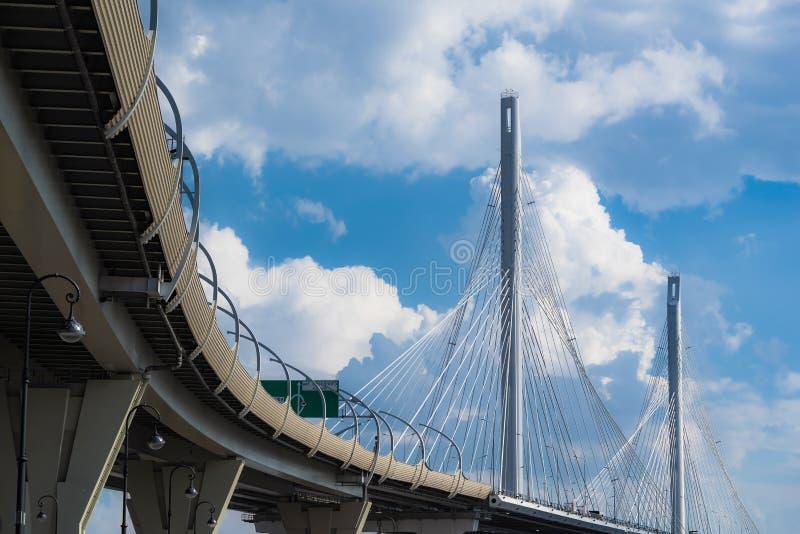Grand plan rapproché câble-resté moderne de pont images libres de droits