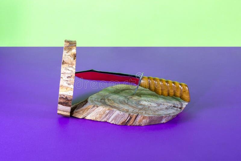 Grand plan rapproché de couteau pointu sur coloré image libre de droits