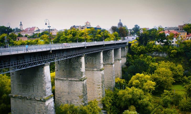 Grand pont de Novoplanivskyi de pierre de vieille ville image libre de droits
