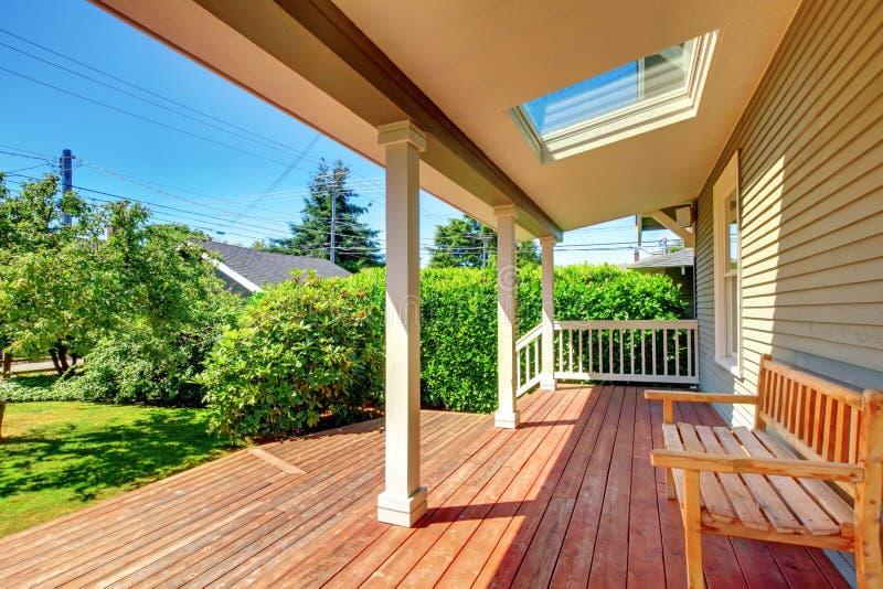 Grand porche couvert avec la lucarne et le banc et l'étage en bois. image stock