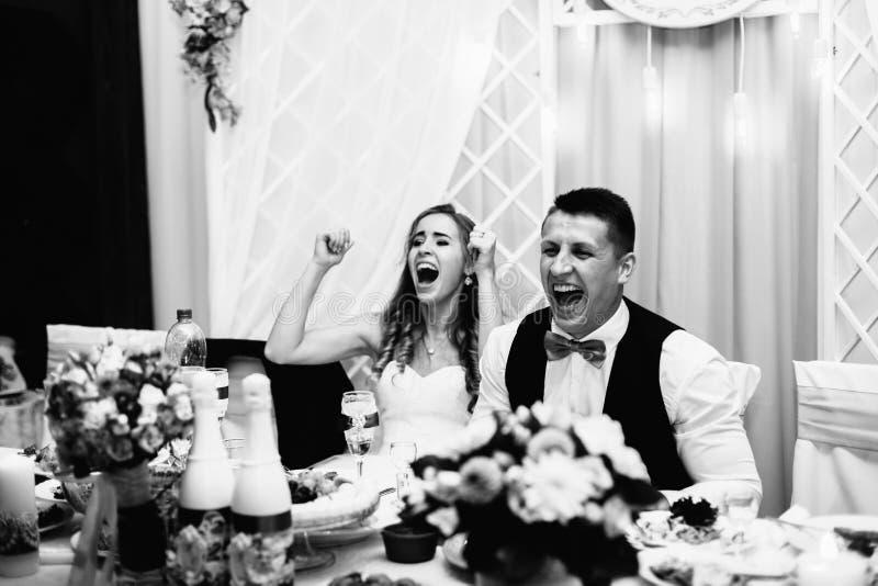 Grand portrait d'un couple l'épousant, qui se repose à la table de vacances photographie stock