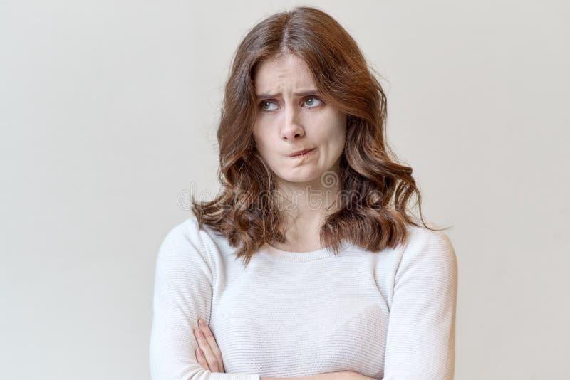 Grand portrait facial de fille de jeune femme avec le long rouge bouclé ha photographie stock libre de droits