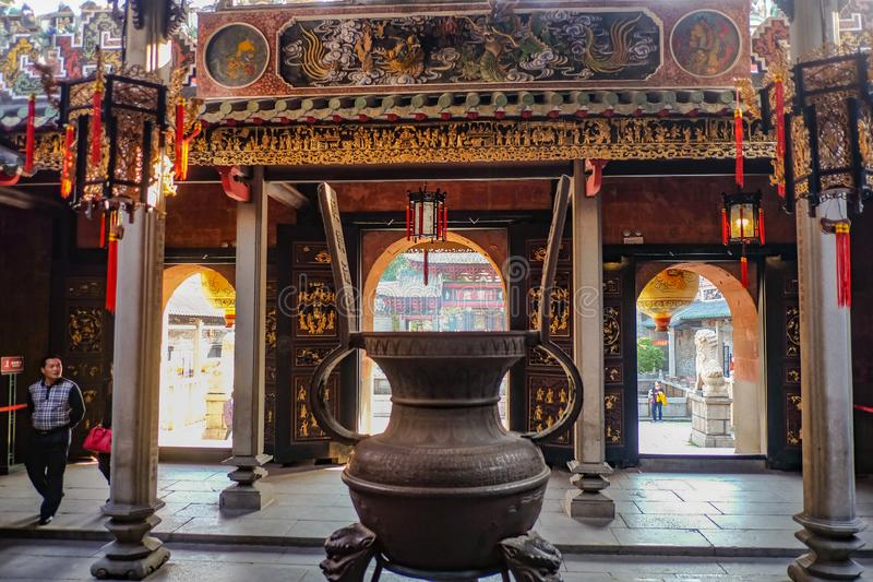 """Grand pot antique dans le temple héréditaire ou le """"Zumiao """"de Foshan dans le nom chinois Porcelaine de ville de Foshan photographie stock"""