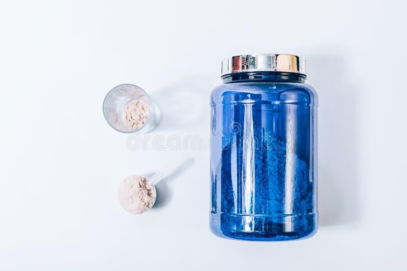 Grand pot bleu de poudre de supplément de nutrition de sport photos stock