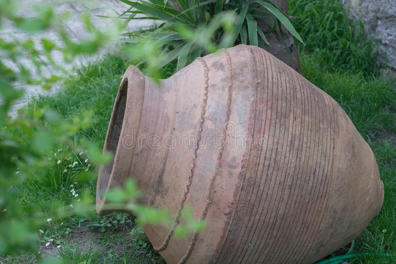 Grand pot d'argile antique ou pot traditionnel sur la hutte abandonnée le grec ancien d'amphora image stock