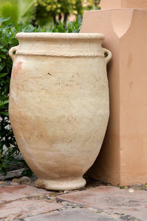 Grand pot d'or brun clair d'argile de couleur, pot de fleur image libre de droits
