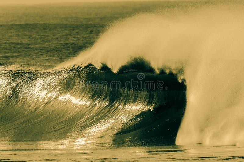 Grand processus creux de croix de jet de vague photo libre de droits